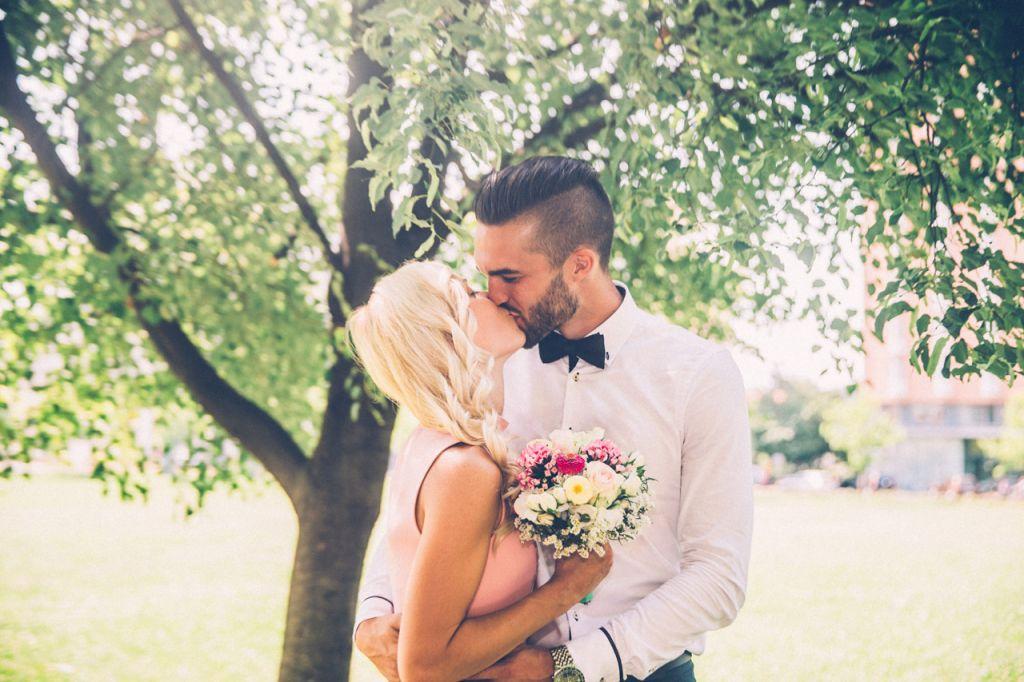 abbraccio tra sposi con fiori bouque da sposa