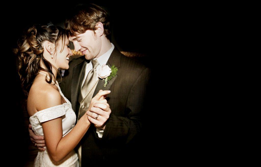 coppia di sposi balla ballano
