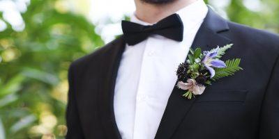 La bottoniera dello sposo: stile, fiori e regole su come indossarla