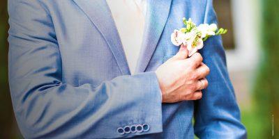 Consigli per lo sposo: come scegliere bottoniera, fiore all'occhiello e fedi nuziali